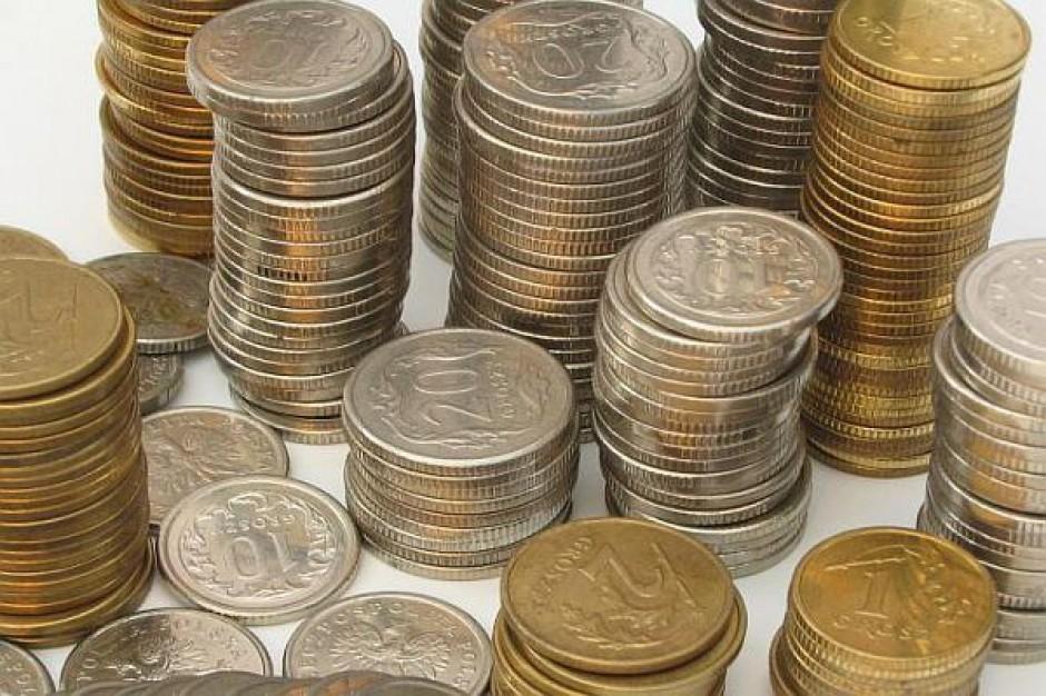 Urzędnicy zarabiają coraz więcej. Pensje w administracji wzrosły o800złotych