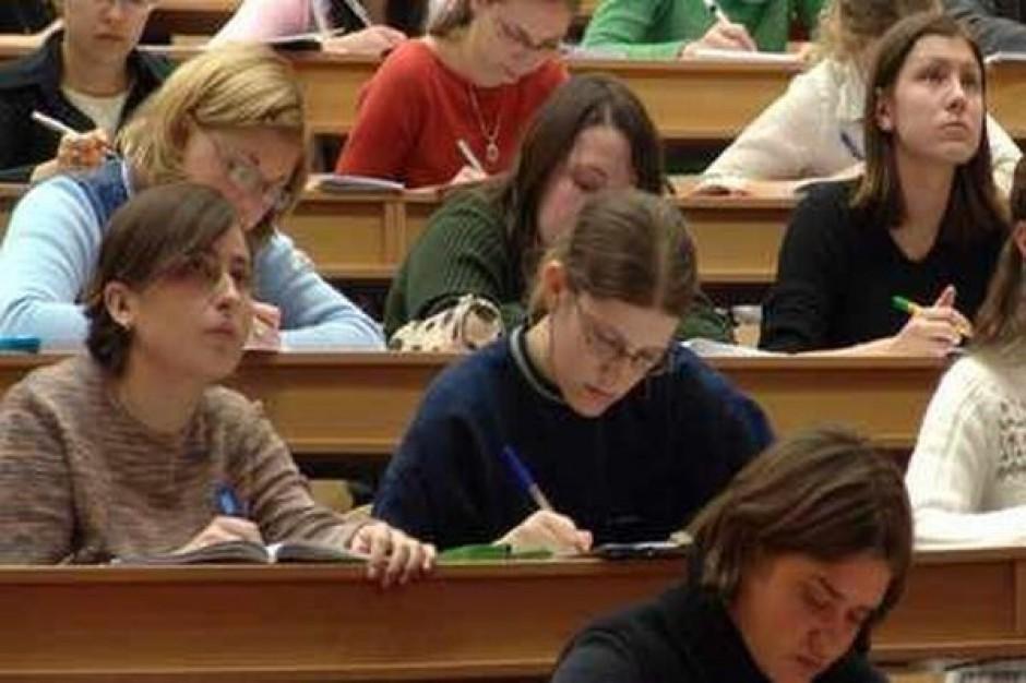 Młodzi studiują zamiast zdobywać zawód