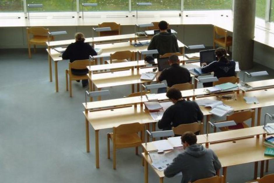 Gimnazjaliści piszą test z języków obcych