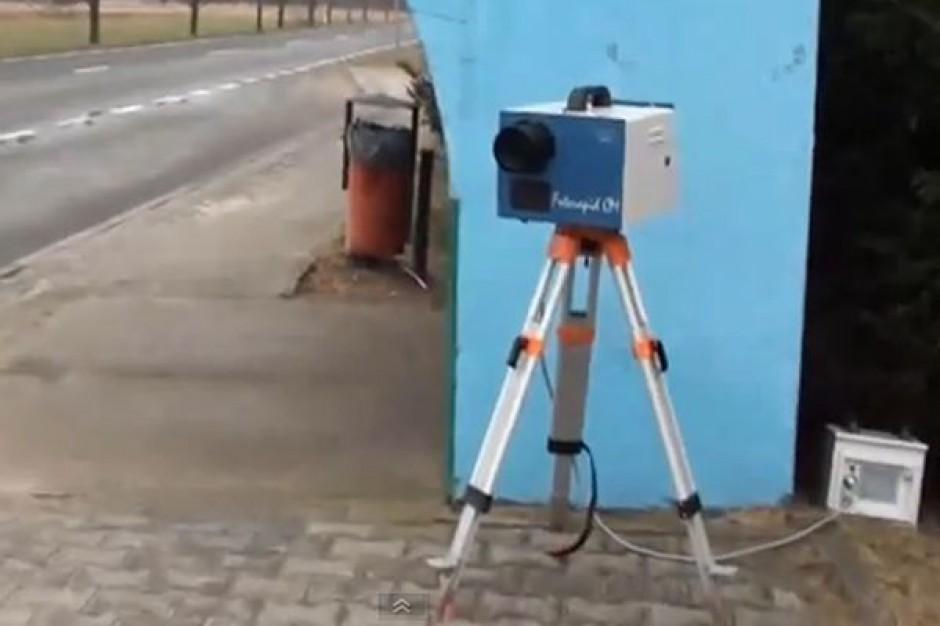 O mało nie oberwał za filmowanie... fotoradaru