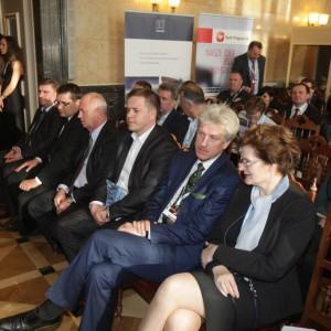 Nim przystąpiliśmy do rozdania nagród sala zapełniała się powoli. Na pierwszym planie rozmawiają Danuta Kamińska, skarbnik Katowic oraz Ryszard Grobelny, prezydent Poznania.