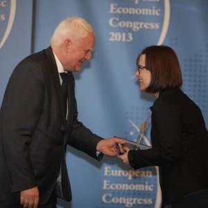 Nagrodę dla Małopolskiego Ogrodu Sztuki wręczył dyrektorce tej instytucji Iwonie Kempie, Olgierd Dziekoński.