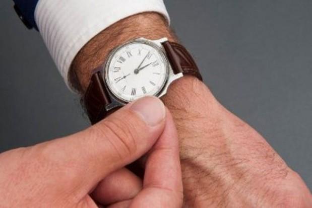 Coraz dłuższy czas pracy urzędnika