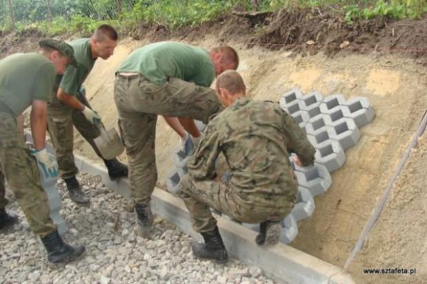 Żołnierze budują drogę gminie Turobin