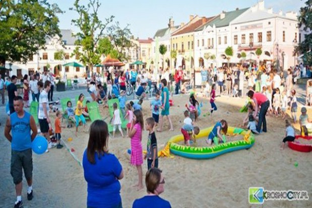 Dłuższe plażowanie na rynku w Krośnie