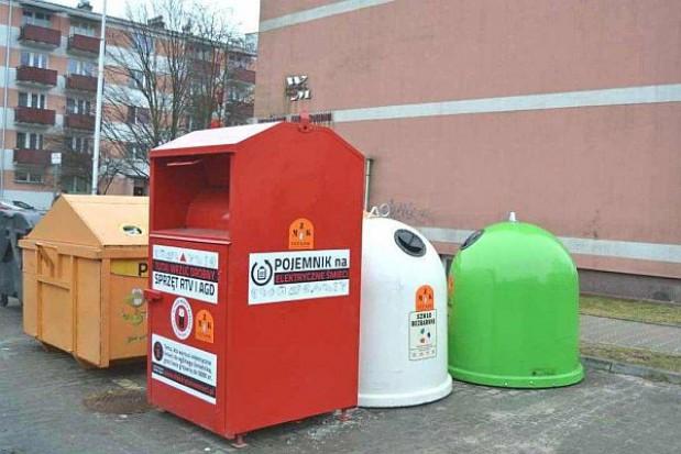 Czerwone kontenery w miastach i wsiach