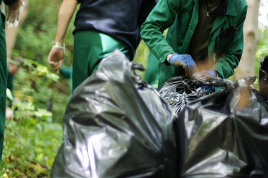 Więźniowie zbierają śmieci