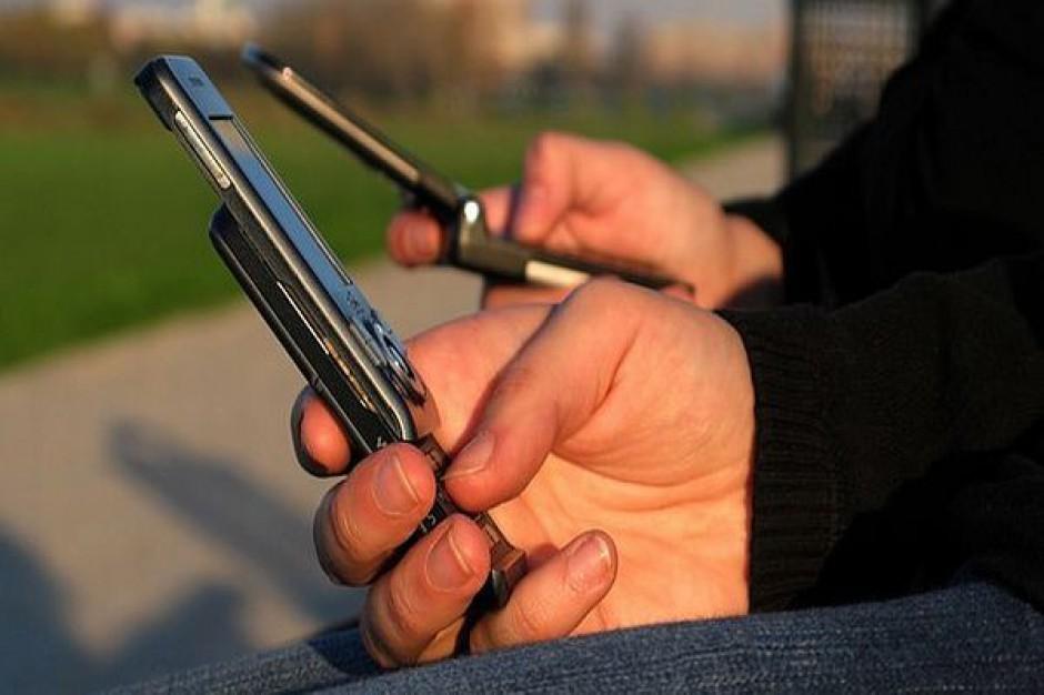 Zwiedzanie miast ze smartfonem w ręku