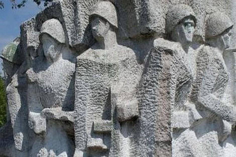 Stowarzyszenia popierają rozbiórką pomnika w Pieniężnie