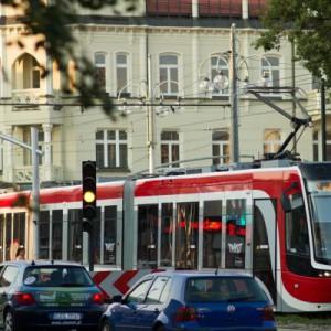 Częstochowa    Kupiła właśnie siedem krótkich Solarisów za niespełna 7 mln zł.  Autobusy, jako pierwsze w miejskim taborze będą miały klimatyzację.  Częstochowa rozbudowała także linię tramwajową i zakupiła w 2012 tramwaje typu Twist 129 Nb. Tramwaje kosztowały 50 mln zł. Dofinansowanie Unii wyniosło 85 proc.