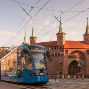 """Kraków   Od roku po ulicach Krakowa wozi pasażerów kilkanaście nowoczesnych wagonów Bombardier NGT8.  Wagon posiada klimatyzację, bezpieczeństwo podróżującym zapewnia system """"interkom"""" (możliwość kontaktu pasażerów z prowadzącym poprzez urządzenia zamontowane obok drzwi tramwaju).  MPK SA kupiło 24 wagony Bombardiera w ramach unijnego projektu Zintegrowany transport publiczny w aglomeracji krakowskiej - etap II. Dzięki temu większą część kosztów tych tramwajów, 59 proc. pokryła dotacja ze środków Funduszu Spójności. Jeden wagon kosztował ok. 10 mln zł.  Rozpoczęła się także realizacja dużego zamówienia obejmującego zakup 100 autobusów: 27 autobusów przegubowych 18-metrowych i  73 standardowych 12- metrowych. Wartość kontraktu na ich dostawę,  podpisanego z firmą Solaris Bus & Coach SA w 2011 r.- to 92 mln zł. W porównaniu z najstarszymi posiadanymi przez krakowskie MPK autobusami z silnikiem Euro 1, będą one emitować o 95 proc. mniej tlenku azotu i o 97 proc. mniej cząstek stałych."""