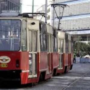 Takie tramwaje jak ten w centrum Katowic to już przeżytek (fot.:kzkgop.pl). Powoli odjeżdżają w siną dal... W większości polskich aglomeracji w krótkim czasie przesiedliśmy się bowiem ze starych, zniszczonych autobusów, w których śmierdziało spalinami, okna się nie domykały, albo nie dały się otworzyć, a hałas nie pozwalał swobodnie rozmawiać - do cichych, klimatyzowanych pojazdów, w których na wyświetlaczach oglądamy trasę, którą jedziemy, a miły głos informuje nas o najbliższym przystanku. Jakby tego było mało w niektórych można już korzystać z darmowego Wi-fi. Tramwaje, przez które mieszkający w pobliżu linii nie mogli zasnąć, wymieniono na nowoczesne, cicho poruszające się składy, które gwarantują komfort o którym zaledwie kilka lat temu nawet nie marzyliśmy. Czy jednak wszędzie jest aż tak pięknie? Na pewno nie. Ale zmienia się na lepsze - i to ekspresowo...