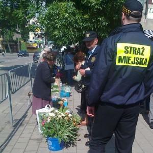 Żory (woj. śląskie)  To jedna z pierwszych gmin w Polsce, która zdecydowała się zlikwidować straż miejską. Stało się to w 1999 roku, po ośmiu latach funkcjonowania tej formacji. W straży pracowało około 20 osób, które znalazły pracę m.in. w magistracie, wojsku, straży więziennej i policji.  Likwidacja straży miejskiej to znaczne oszczędności dla miasta. Roczny koszt jej utrzymania wynosił około 1 mln zł, część pieniędzy zasiliła budżet tamtejszych oddziałów policyjnych. Miasto sponsoruje nie tylko etaty policyjne, ale i dodatkowe patrole, które odbywają się poza godzinami pracy wyznaczonych do nich policjantów.  Decyzja związana z likwidacją straży nigdy nie spotkała się z oporem społecznym, nigdy też nie wnioskowano o jej przywrócenie. (Fot. Facebook)