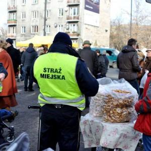 Chrzanów  Straż miejską zlikwidowano w 2008 roku. Jak zaznacza Ryszard Kosowski, burmistrz Chrzanowa nie chodziło o oszczędności, ale o to, że straż się nie sprawdziła. Spotkania z mieszkańcami wskazywały, że praca straży miejskiej była nieefektywna. Wtedy jeszcze ta formacja miała ograniczone kompetencje, jej uwagę skupiało najczęściej złe parkowanie, co bardzo źle oceniali mieszkańcy.  Ryszard Kosowski wyjaśnia, że w momencie likwidacji straż miejska kosztowała Chrzanów 700 tys. zł, dziś na taką jednostkę (13 funkcjonariuszy) trzeba wydać 1,1 mln zł.  Od momentu likwidacji straży miejskiej Chrzanów rozwija monitoring miejski, finansuje też dodatkowe patrole policji, które kosztują 100 tys. zł rocznie. (Fot. Facebook)
