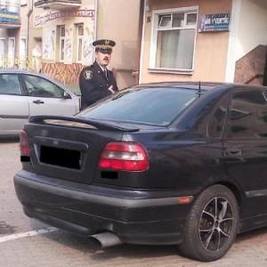 Grajewo  Straż miejską zlikwidowano w 1 września 2013. Przyczyną była niska efektywność i wysokie koszty utrzymania. Straż w Grajewie liczyła w momencie likwidacji trzy osoby, kosztowała gminę 300 tys. zł rocznie. Funkcjonariusze zostali przeniesieni do odpowiedniego wydziału grajewskiego ratusza. Lokalna społeczność nie protestowała przeciwko zamknięciu tej służby.  Miasto finansuje dodatkowe patrole policji w miesiącach wakacyjnych, na współpracę z policją (także współfinansowanie sprzętu) wyda 60 tys. zł rocznie.  Zdaniem Ryszarda Wolwarka, sekretarza miasta straże miejskie mają większą rację bytu w miastach powyżej 50 tys. mieszkańców, w mniejszych społeczność bardziej się kontroluje. Ponadto w jego opinii straż miejska powinna zajmować się sprawami natury sanitarnej czy porządkowej, a nie ruchem drogowym. (Fot. grajewo.pl)