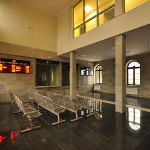 Biała Podlaska   Termin zakończenia prac budowlanych: 2014-03-17   Zakres prac: Kompleksowa przebudowa całego budynku dworca. Odrestaurowanie zabytkowej elewacji dworca. Wymiana stolarki okiennej i drzwiowej, przebudowa pomieszczeń wewnętrznych dworca. Dostosowanie dworca do potrzeb niepełnosprawnych (wytyczenie ścieżek dotykowych, wydzielenie kasy z obniżonym okienkiem, przystosowanie toalet). Montaż małej architektury. Wykonanie monitoringu dworca. Instalacja systemu ostrzegania pożarowego. Uporządkowanie terenu przed dworcem.   Wartość inwestycji: 2,85 mln zł netto Źródła finansowania: środki własne PKP SA i środki z budżetu państwa.