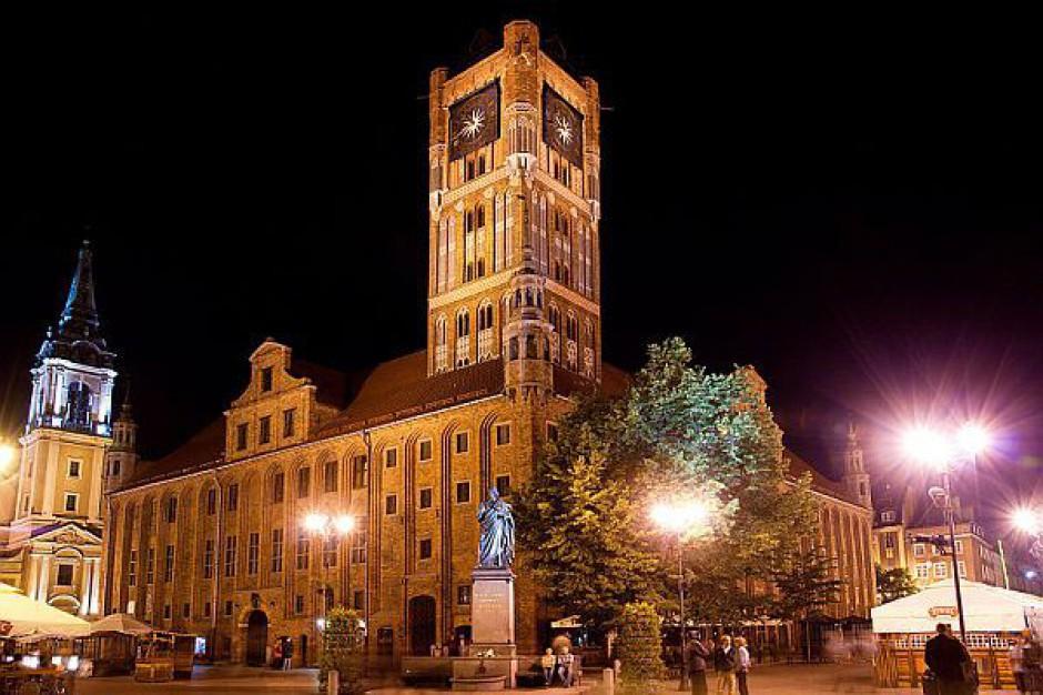 Turyści chętnie odwiedzają Toruń