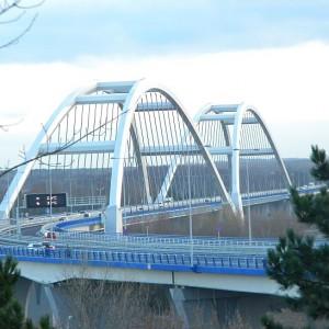 Budowa mostu drogowego w Toruniu wraz z drogami dojazdowymi      Nagroda dla miasta Toruń za połączenie prawo i lewobrzeżnej części miasta, uchronienie przed paraliżem komunikacyjnym i ochronę krajobrazu kulturowego. Dzięki inwestycji poprawiła się przejezdność i bezpieczeństwo ruchu drogowego, odciążone zostało centrum miasta od ruchu wielkomiejskiego i tranzytowego oraz zmniejszył się poziom hałasu, wibracji oraz zanieczyszczeń powietrza w rejonach osiedli mieszkaniowych.  Całkowita wartość inwestycji to 699,1 mln zł, z czego wkład Unii Europejskiej wyniósł 327,01 mln zł.
