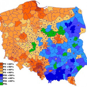 Zmiany zwycięzców w poszczególnych powiatach. Granatowe kropki to zdobycze PiS, zielone - PSL, czerwone SLD. (Fot. Robert Wielgórski/CC BY-SA 3.0)