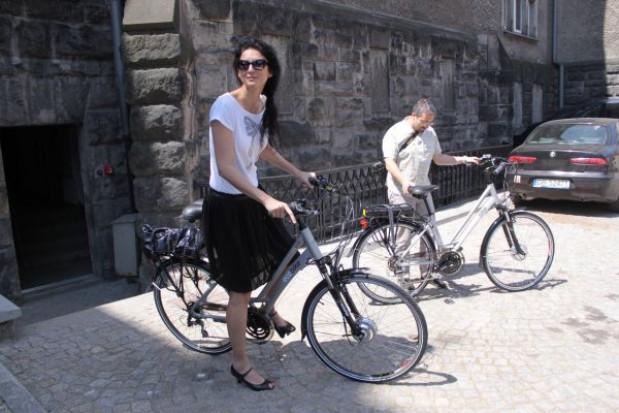 Urzędnicy na rowerach. Elektrycznych
