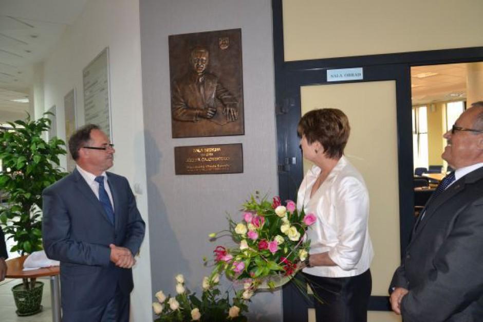 Uczcili pamięć zmarłego prezydenta Suwałk tablicą pamiatkową