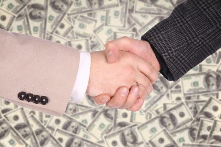 Kontrowersyjna transakcja: burmistrz sprzedaje, aby odkupić