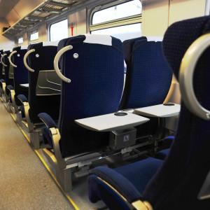 Zmodernizowane wagony są wyposażone w ergonomiczne fotele, nowoczesne toalety i klimatyzację.