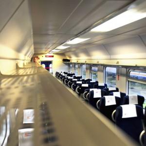 Zamiast tradycyjnych tablic informacyjnych, w wagonach umieszczono elektroniczne wyświetlacze, na których będą pojawiać się informacje o przebiegu trasy. PKP Intercity nie zapomniało również o podróżujących z dziećmi - w wybranych toaletach znajdą się przewijaki dla niemowląt.
