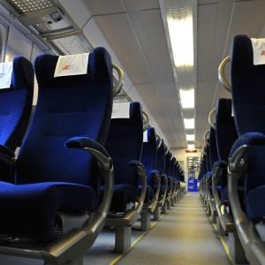 Przewoźnik odebrał już 24 z puli 150 zmodernizowanych wagonów, które weszły w skład floty PKP Intercity w wakacje. Będą nimi podróżowali pasażerowie na trasie Przemyśl - Rzeszów - Katowice - Kraków - Wrocław - Poznań - Szczecin. Docelowo, w 2015 r. będzie ich 218. Projekt podzielono na dwa etapy: pierwszy (odnowa 68 wagonów) zakończył się w ubiegłym roku. - Dziś prezentujemy odnowione wagony mieszkańcom Krakowa, który znajduje się na trasie objętej projektem. Chcemy pokazać jak zmieniamy się na lepsze. Do końca 2015 r około 70% naszych pociągów będzie nowych i zmodernizowanych - mówi Zuzanna Szopowska, rzecznik prasowy PKP Intercity.