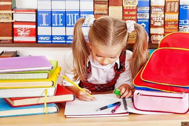 Przed kupnem podręczników szkolnych warto porównać ceny