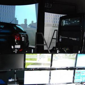 Dzięki dwóm pojazdom i trzem stanowiskom komputerowym służącym do symulacji, funkcjonariusze będą mogli doskonalić swoje umiejętności w jeździe pościgowej, w kolumnie czy podczas zabezpieczenia przejazdu VIP-ów.