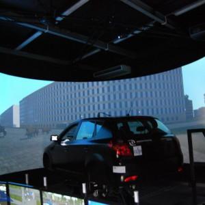 Sala daje m.in możliwość interakcji pomiędzy uczestnikami szkolenia a wirtualnymi uczestnikami ruchu, a także symulacji sytuacji typowych, takich jak: roboty drogowe, korki, utrudnienia ruchu. Policjanci szkolić się będą na pojazdach: Kia Ceed, Fiat Ducato, Mercedes Viano, Mercedes S600, BMW 760i, Audi A6, Audi Q7.