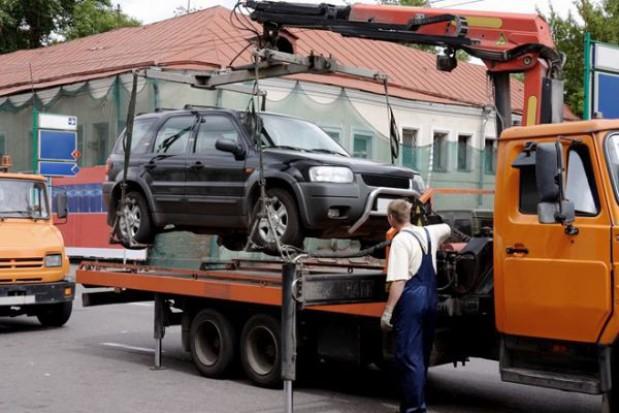 Usunięte z drogi auta zalegają na powiatowych parkingach