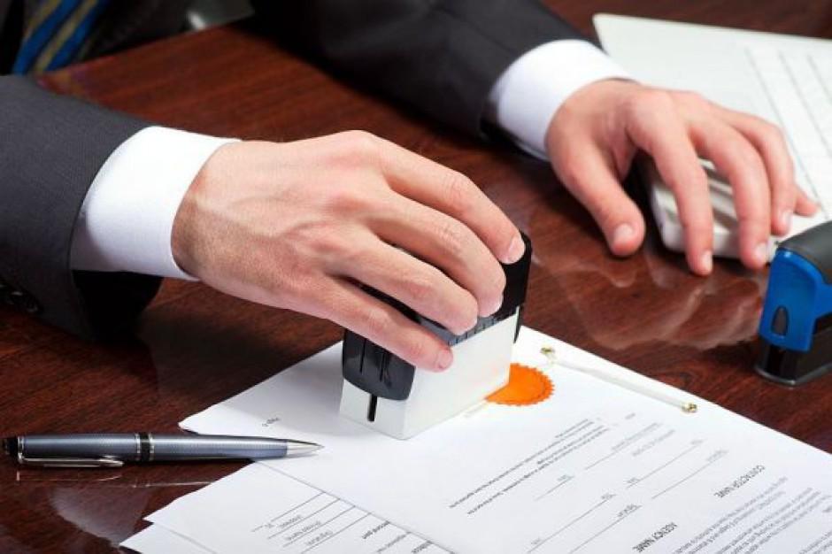Urzędnikom trudno pożegnać papierową biurokrację