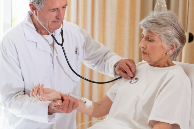 Lekarze seniorzy. Pracują bo chcą, czy muszą?