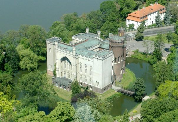 Urzędnicy chcą poprowadzić drogę przez Zamek w Kórniku. Mieszkańcy protestują