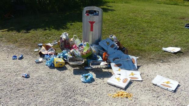 W części dzielnic Poznania śmieci zalegają w przepełnionych pojemnikach