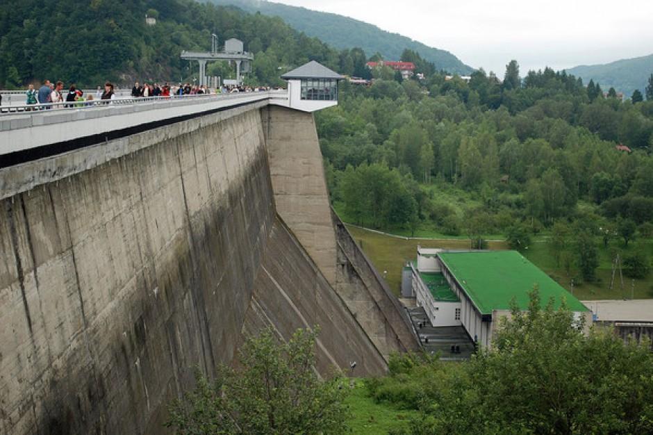 Tysiace turystów przyjeżdża zobaczyć zaporę i elektrownię w Solinie