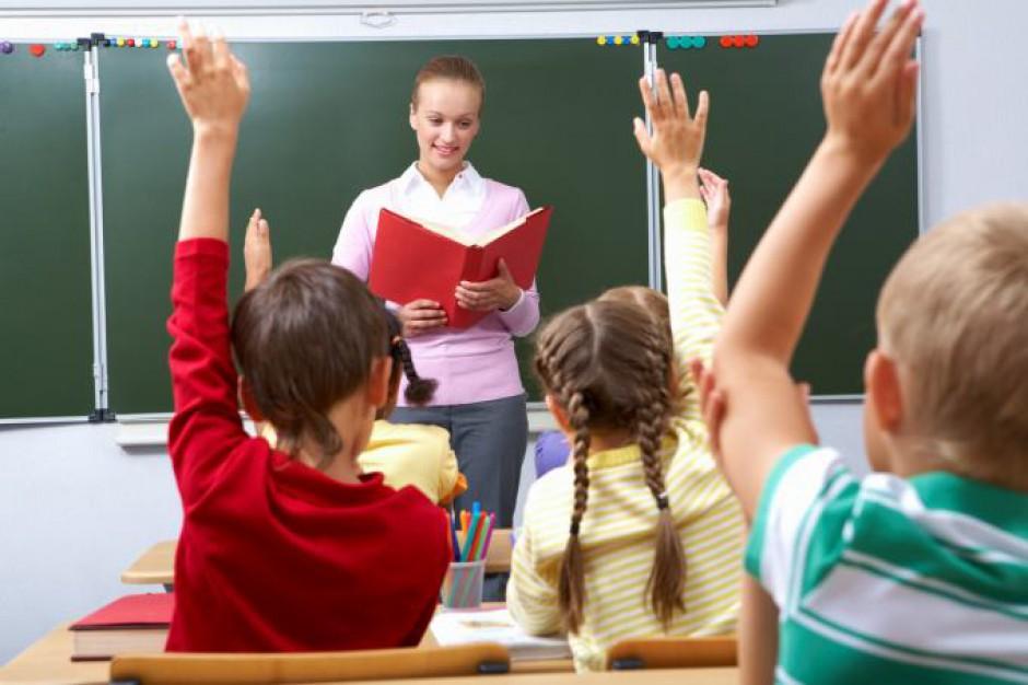 Raport o stanie oświaty: Ponad 50 proc. kadry pedagogicznej stanowią nauczyciele dyplomowani