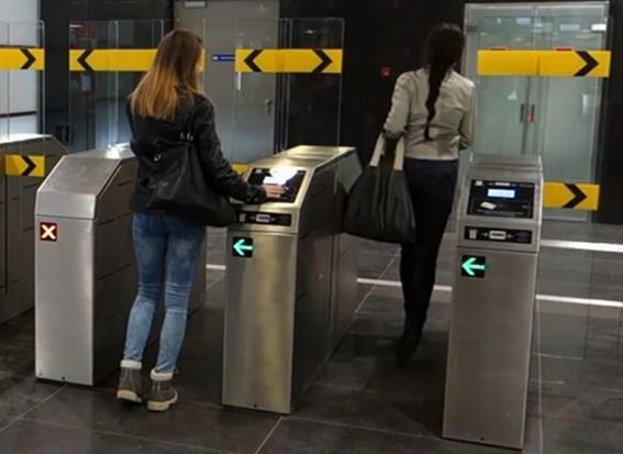 Warszawa: Jak przejść przez bramki na II linii metra?