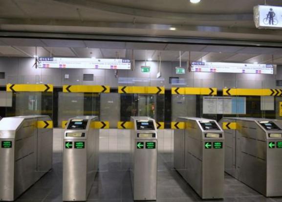 Pasażerowie jeżdżą II linią metra