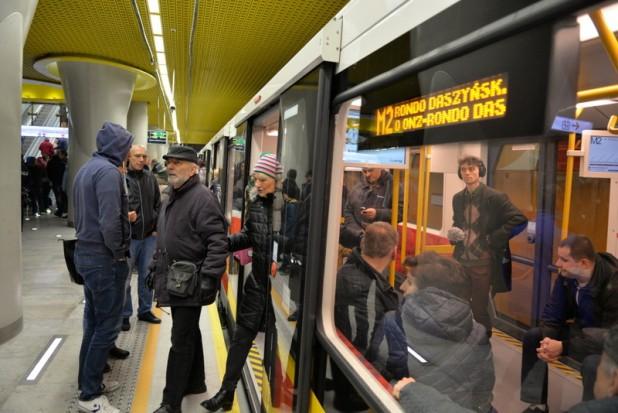 Już 233 tys. osób pojechało II linią metra. Nie obyło się bez problemów