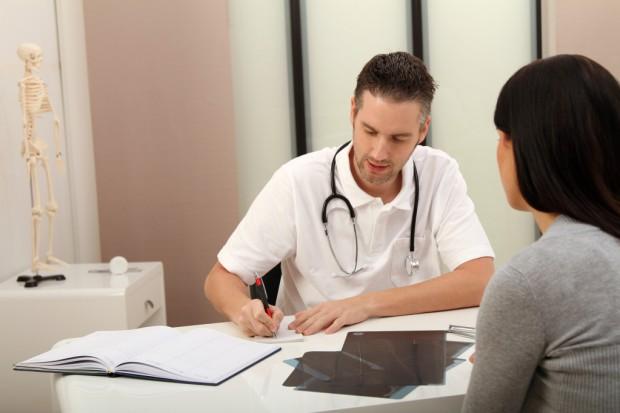 Tylko ponad 10,7 tys. lekarzy prowadzi praktykę w Polsce. Powinno ich być dwa razy więcej