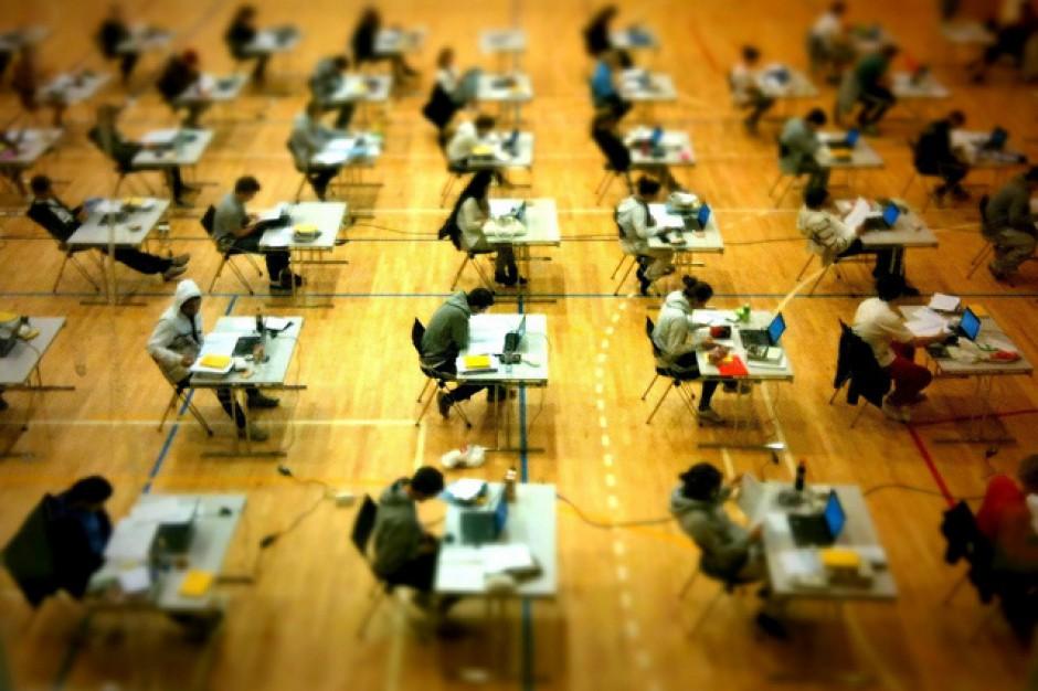 Matura według nowych zasad: Błąd programu wykluczył nauczycieli ze sprawdzania egzaminów