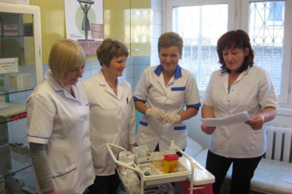 Zarobki pielęgniarek powinny wzrosnąć. Potrzeba ich więcej