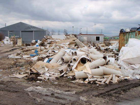 Straż miejska wlepia mandaty za prowizorkę w odpadach