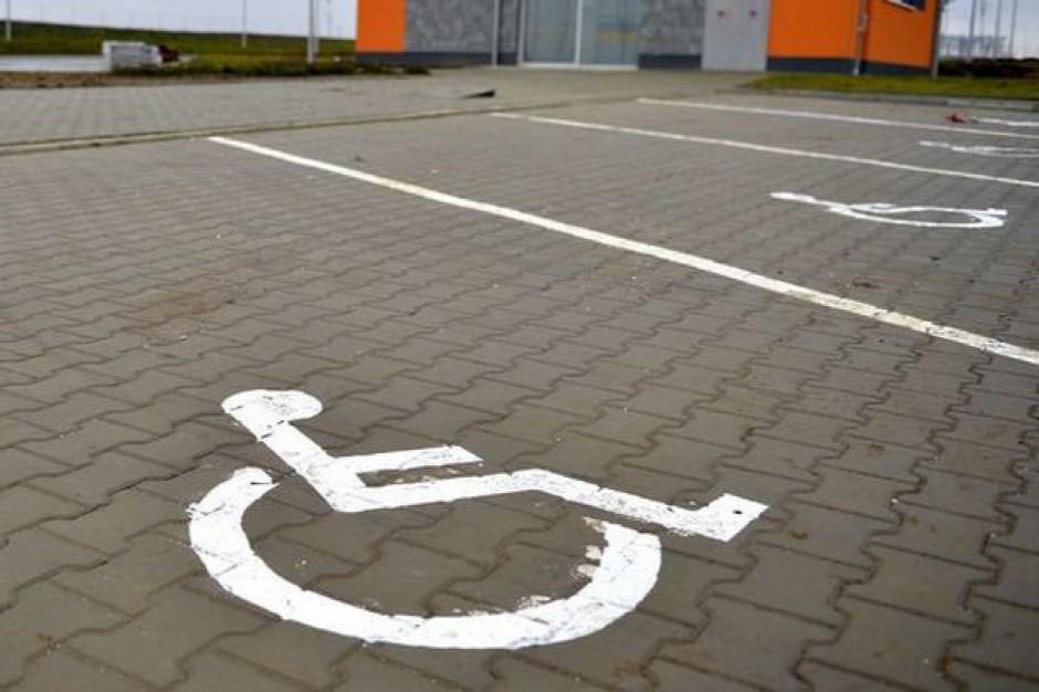 Za parkowanie na miejscu dla niepełnosprawnych zapłacisz 800 zł