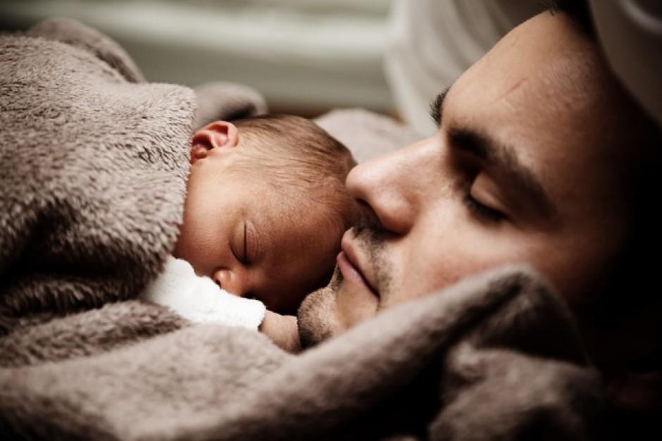 Ojcowie nie chcą brać urlopu rodzicielskiego. Dlaczego?