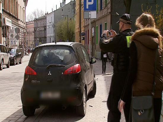 W Gliwicach wystawiają mandaty za parkowanie na przejściu dla pieszych, którego nie widać