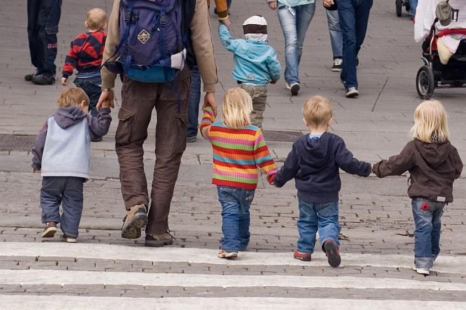 Mniej dzieci w rodzinach zastępczych i domach dziecka